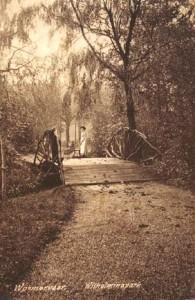 De Engelse landschapsstijl of krakelingenstijl die onder andere gekenmerkt wordt door gebogen bruggetjes. Uit de beginperiode van het park.